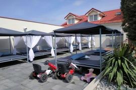 Ogród hotelowy - loże z baldachimem  - Hotel Faltom