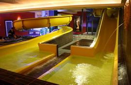 Aqua Centrum: basen, zjeżdżalnie wodne, wodna strefa dla dzieci z ciepłą wodą, 2 zjeżdżalnie wodne, brodzik dla dzieci, łaźnia parowa, sauna sucha, 2 jacuzzi, leżanki podgrzewane. - Hotel Faltom